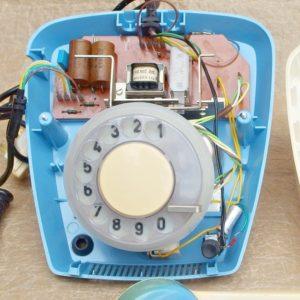 retro telefon Tesla BS vnitrni vybaveni